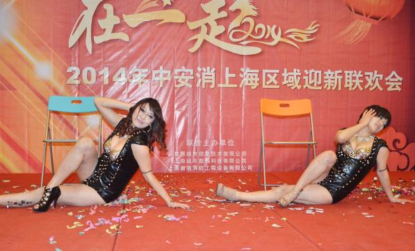 美女双人《椅子舞》火辣激情点燃全场气氛